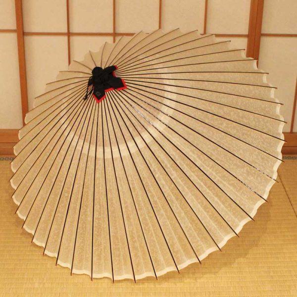 雨の日用の和傘です。色は白色です。