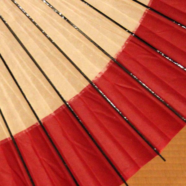 赤と白の番傘 軒奴 周りが赤色の番傘