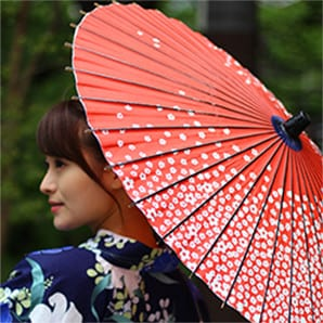 赤い和日傘の女性