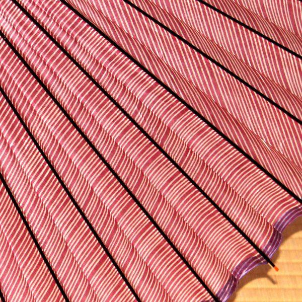 赤い縞模様の和傘 アップ 可憐な蛇の目傘 Japanese umbrella