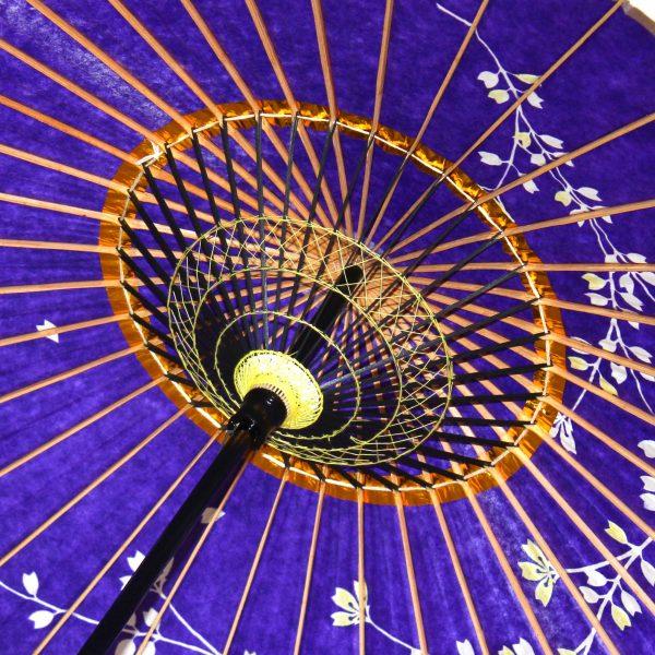 紫色 和日傘の内側