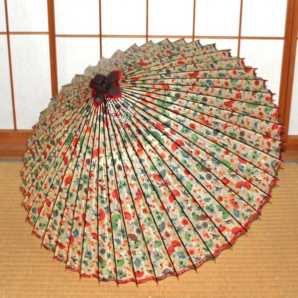 白地に彩り豊かなもようの蛇の目傘 Japanese umbrella