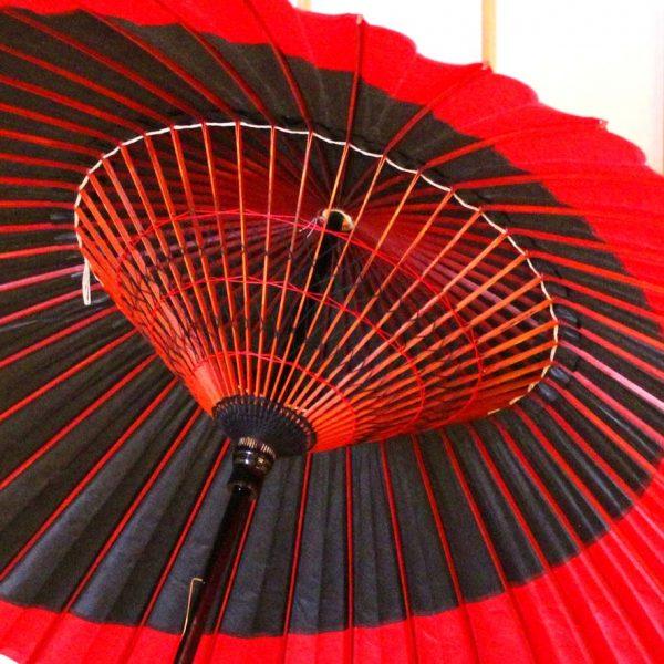 赤と黒の糸飾り 蛇の目傘の内側