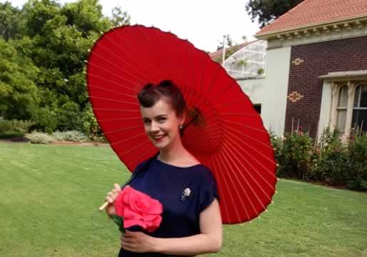 赤い蛇の目傘と女性 赤 和傘 海外の女性と赤い蛇の目傘