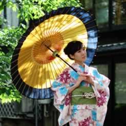 着物姿の女性と和傘 からし色と黒 蛇の目傘