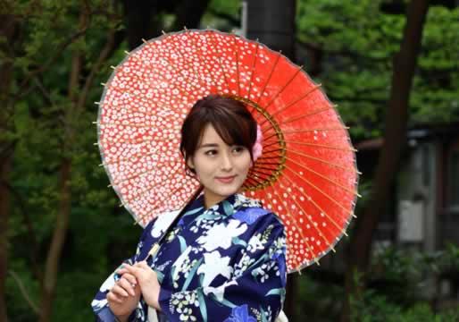 赤 和日傘 着物姿の女性 桜もよう
