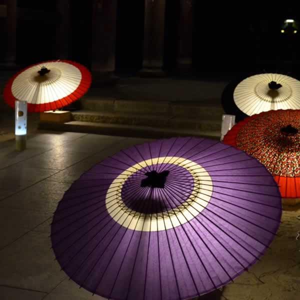 和傘のディスプレイ 夜に和傘の灯り