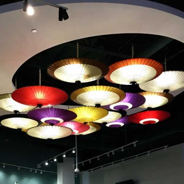 和傘の照明 インテリア 海外で和傘のインテリア
