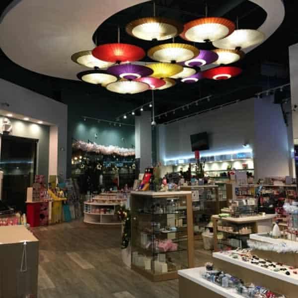 和傘のインテリア ディスプレイ ロサンゼルスの雑貨店 和傘の照明