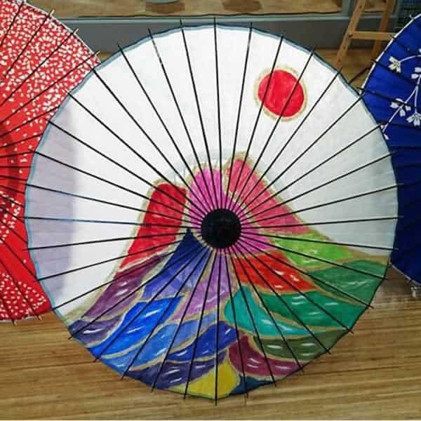 白い和日傘に描かれた富士山 村上氏