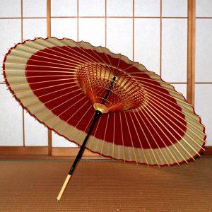 赤と白の蛇の目傘の内側 糸掛けが美しい 可愛らしい和傘