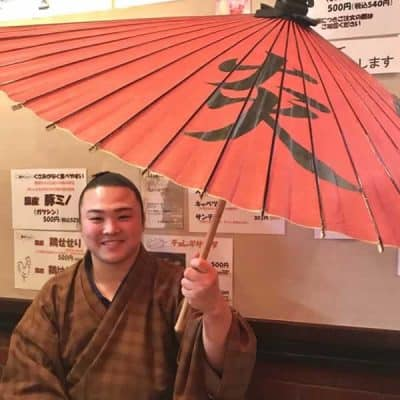 炎鵬 相撲取り炎鵬さんと赤い番傘 しるし入れ 極み番傘緋色 sumou  japaneseumbrella