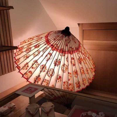 ディスプレーされている型染蛇の目傘