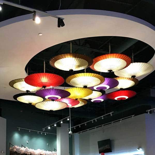 和傘のインテリア 色とりどりの和傘が店内を彩ります