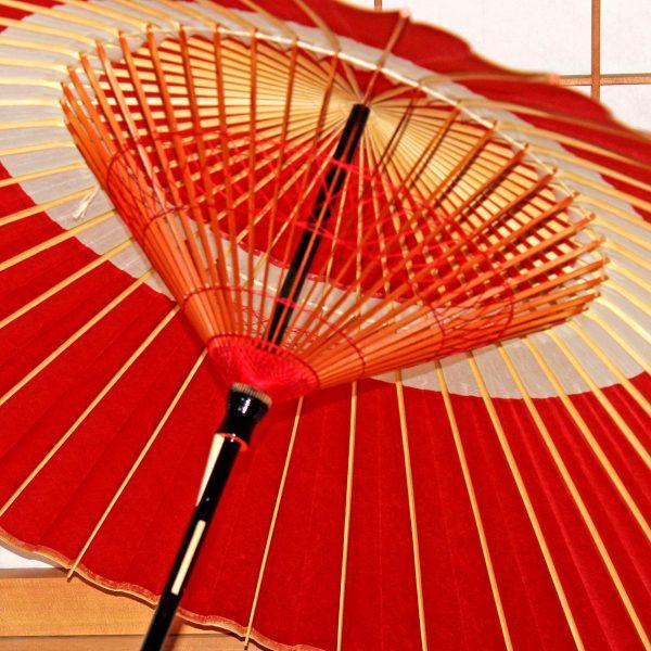 木ハジキ 赤い蛇の目柄の和傘 赤い飾り糸