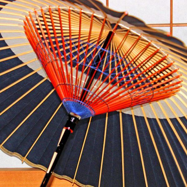 蛇の目傘の内側 青い飾り糸 木ハジキ