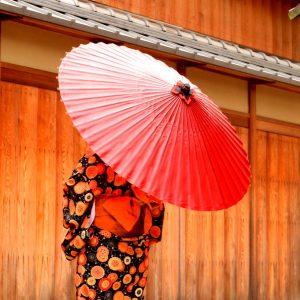 赤い蛇の目傘と着物姿