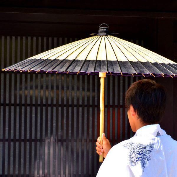 番傘軒奴黒と着物姿の男性 和傘 Japanese umbrella