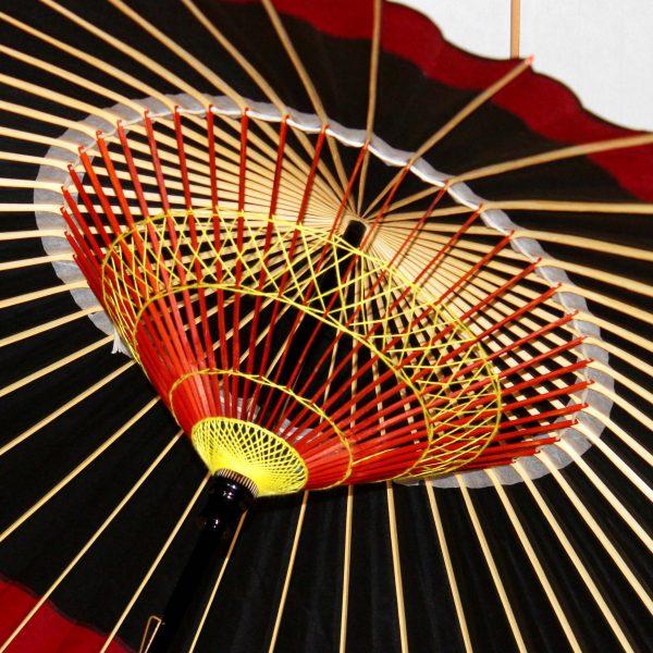 和傘の内側 糸飾り 黒と赤