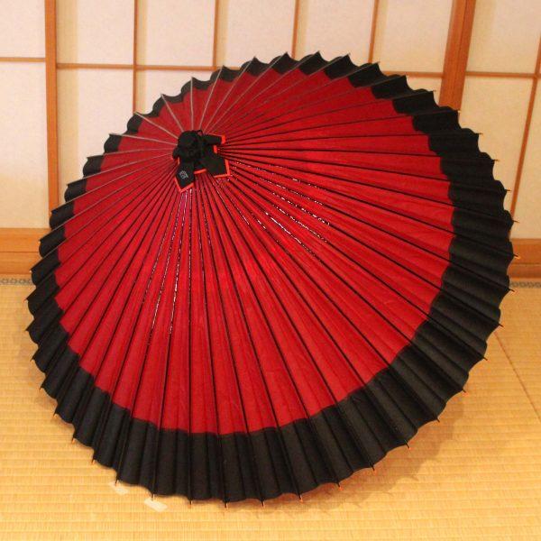 赤と黒の和傘、雨傘、蛇の目傘
