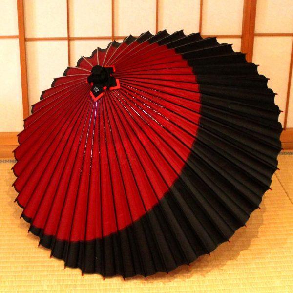 雨傘、赤と黒の配色の和傘、手作り