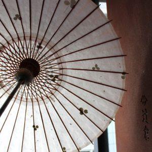 輪日傘の内傘 日差しに透けるクローバー