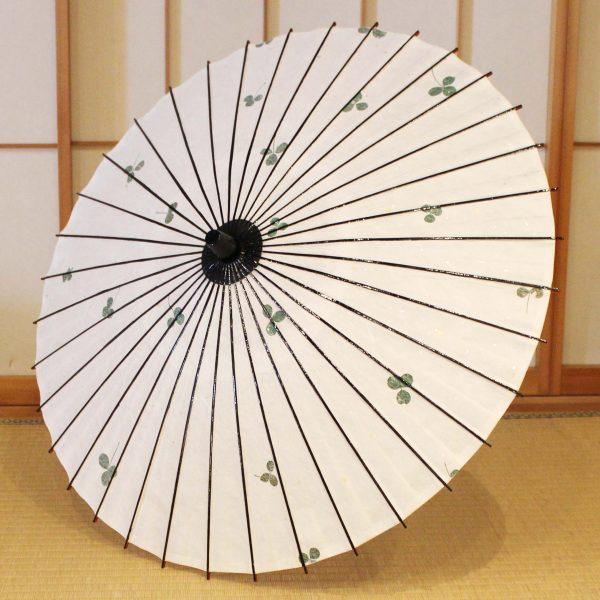 輪日傘 手すき和紙の中にクローバー