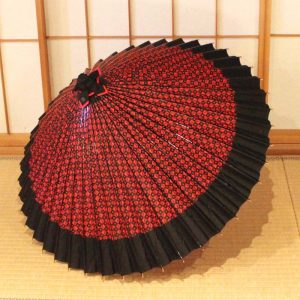 赤と黒のコントラストが美しい和傘、雨傘