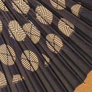 粋な蛇の目傘、黒系のもよう和傘