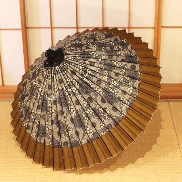 菊模様のモダンな和傘です。