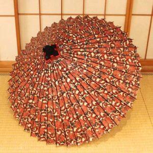 牡丹唐草もようの和傘、