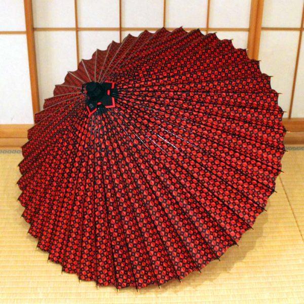 赤と黒のコントラストの和傘
