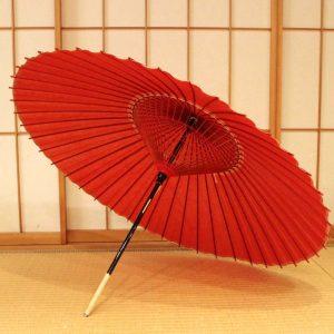 赤色の和傘、雨の日の和傘、蛇の目傘