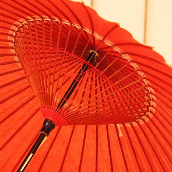 赤色の番傘、雨の日の和傘