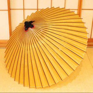 黄金色の和傘、雨の日用の和傘、蛇の目傘