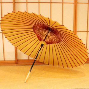 黄金色の和傘、雨の日に使用する和傘