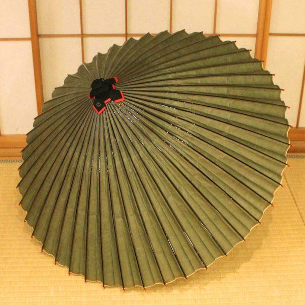 雨の日に使用する和傘、薄緑色の和傘