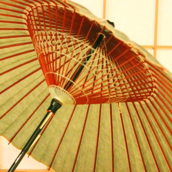 雨の日の和傘、緑色の和傘