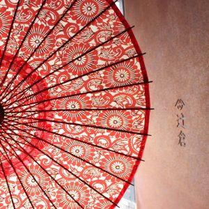 紙を主な材料として製作した和紙の日傘