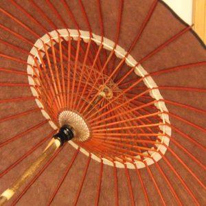 黒竹のを持ち手にした自然素材の和日傘です。色は赤みの薄い茶色です。