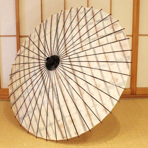 しぼり染めした和紙と竹を材料にした和日傘です。日本の職人による手作り品です。