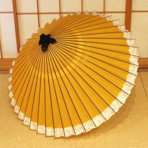 黄金色の和傘です。軒に萩の模様が入っています。