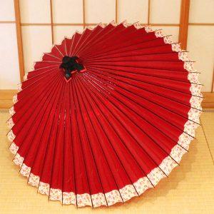 赤色の和傘のふちに桜の小模様が入った和傘です。