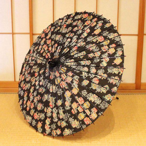 型染めとは日本における多彩な染色技法の中でも古い伝統を持ち、豊かな文様表現と日本人特有の繊細な手技が集約された技法です。