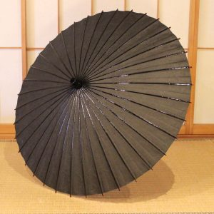 自然素材を原材料とした黒の雲竜紙の和日傘