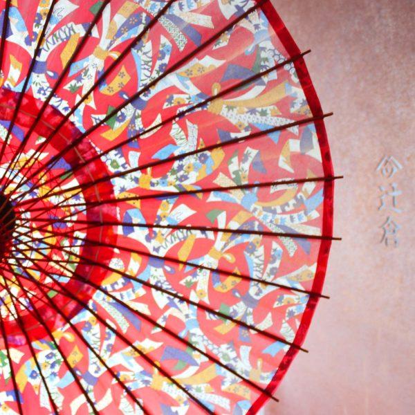 華やかな赤系の束ね熨斗の模様の和日傘
