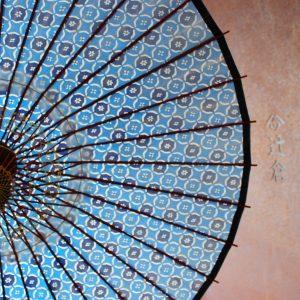 型染め和紙の青地の和柄もようの日傘