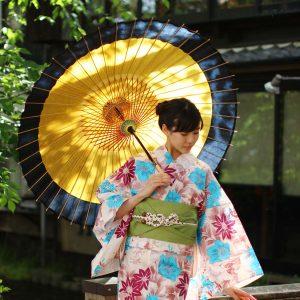 手漉き和紙の和傘。黄金色にふちが黒色の和傘(蛇の目傘)、雨の日の防水加工済。