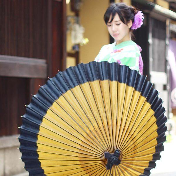 和傘です。色は黄金色、ふちが黒の和傘です。