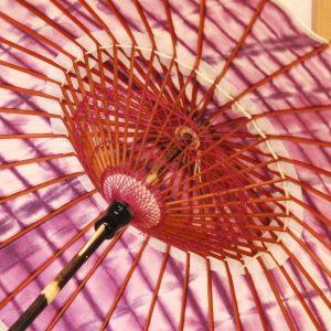 国産の自然素材のみで仕立てた絞り染めの紫色の和日傘です。